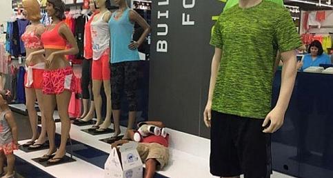 Kadınları alışveriş yaparken, Beklerken perişan olan erkekler