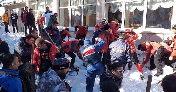 Uludağ facia... Kar kütlesi altında kalan 6 kişi kurtarıldı