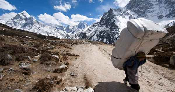 Everest'te, hamallık yapıyorlar... Kazançları dudak uçuklatıyor