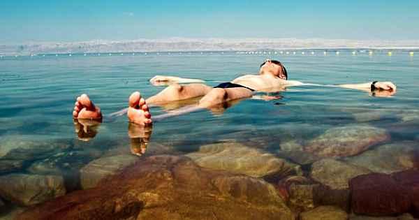 Yüzme bilmeyenlerin bile batmadığı göl: Lut Gölü