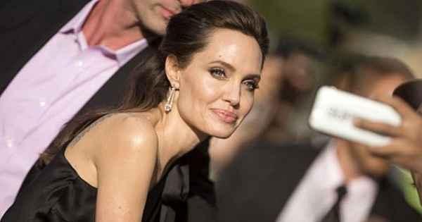 44 yaşındaki Angelina Jolie, duru güzelliği ile yıllara meydan okuyor