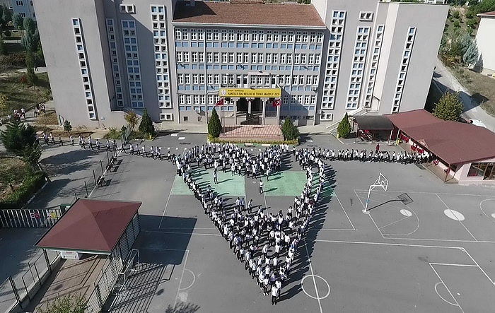 Bursa városában a diákok szív alakzatba állnak (Forrás:Haber16)