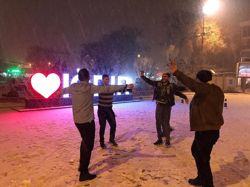 2019/01/2-yil-sonra-kar-goren-vatandaslar-gobek-atti-20190113AW59-1.jpg