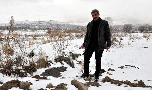 Erzurum'da, yol kenarında polise ait fotokapanı telefon zannederek alan temizlik işçisi Taner Akkuş, ile ilgili görsel sonucu