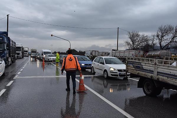 2019/01/tren-seferleri-asiri-yagis-yuzunden-durdu-yol-kapandi-isciler-kepceyle-tasindi-a8a4b1a99fc0-11.jpg