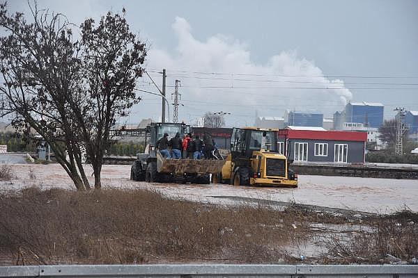 2019/01/tren-seferleri-asiri-yagis-yuzunden-durdu-yol-kapandi-isciler-kepceyle-tasindi-a8a4b1a99fc0-13.jpg