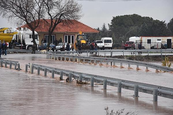 2019/01/tren-seferleri-asiri-yagis-yuzunden-durdu-yol-kapandi-isciler-kepceyle-tasindi-a8a4b1a99fc0-5.jpg