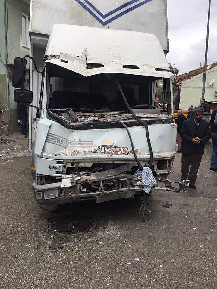 2019/02/freni-patlayan-kamyon-yatak-odasina-daldi---bursa-haberleri-20190211AW61-11.jpg