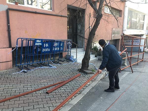 2019/02/istanbulda-hareketli-anlar-binanin-kolonu-catladi-32bd43e25c22-4.jpg