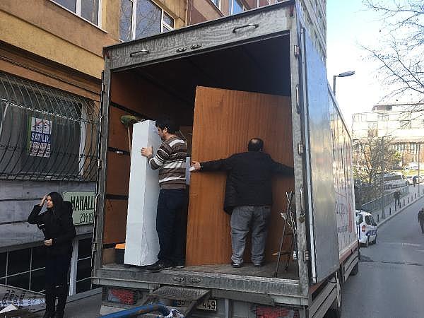 2019/02/istanbulda-hareketli-anlar-binanin-kolonu-catladi-32bd43e25c22-7.jpg