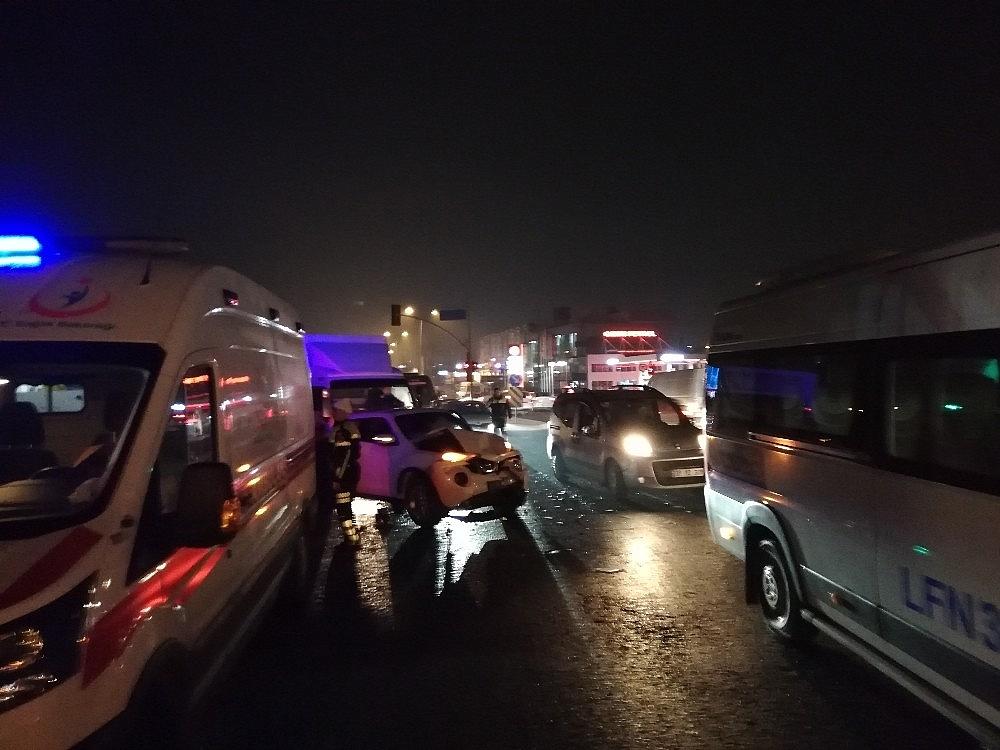 2019/02/ters-yonden-karsiya-gecmeye-calisan-arac-trafigi-birbirine-katti-20190211AW61-3.jpg