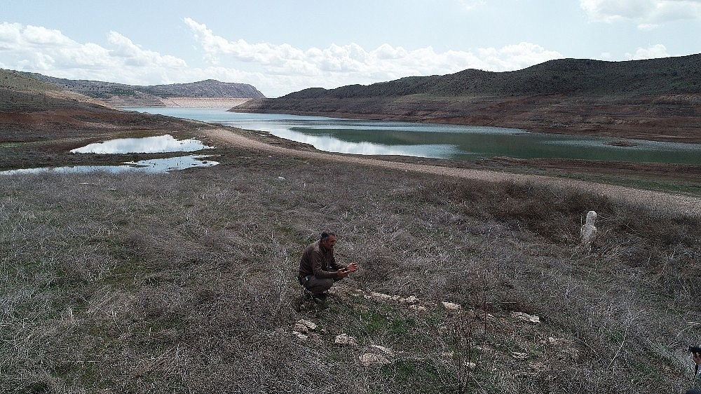 2019/04/baraj-kurudu-mezarlar-ortaya-cikti-20190415AW67-7.jpg