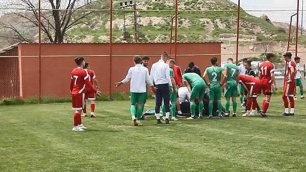 2019/04/genc-futbolcu-sahada-top-kostururken-bir-anda-yere-yigildi-8dc1863927d9-1.jpg
