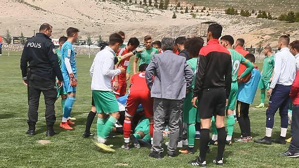 2019/04/genc-futbolcu-sahada-top-kostururken-bir-anda-yere-yigildi-8dc1863927d9-2.jpg