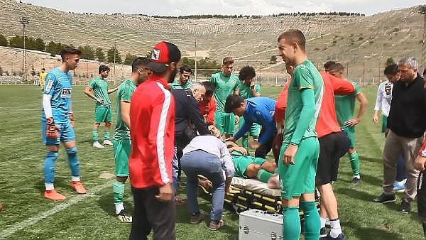 2019/04/genc-futbolcu-sahada-top-kostururken-bir-anda-yere-yigildi-8dc1863927d9-3.jpg