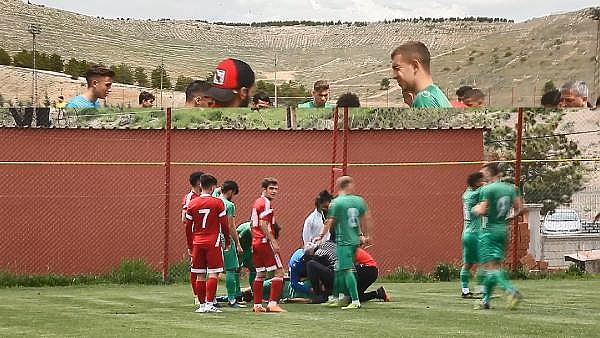 2019/04/genc-futbolcu-sahada-top-kostururken-bir-anda-yere-yigildi-8dc1863927d9-4.jpg