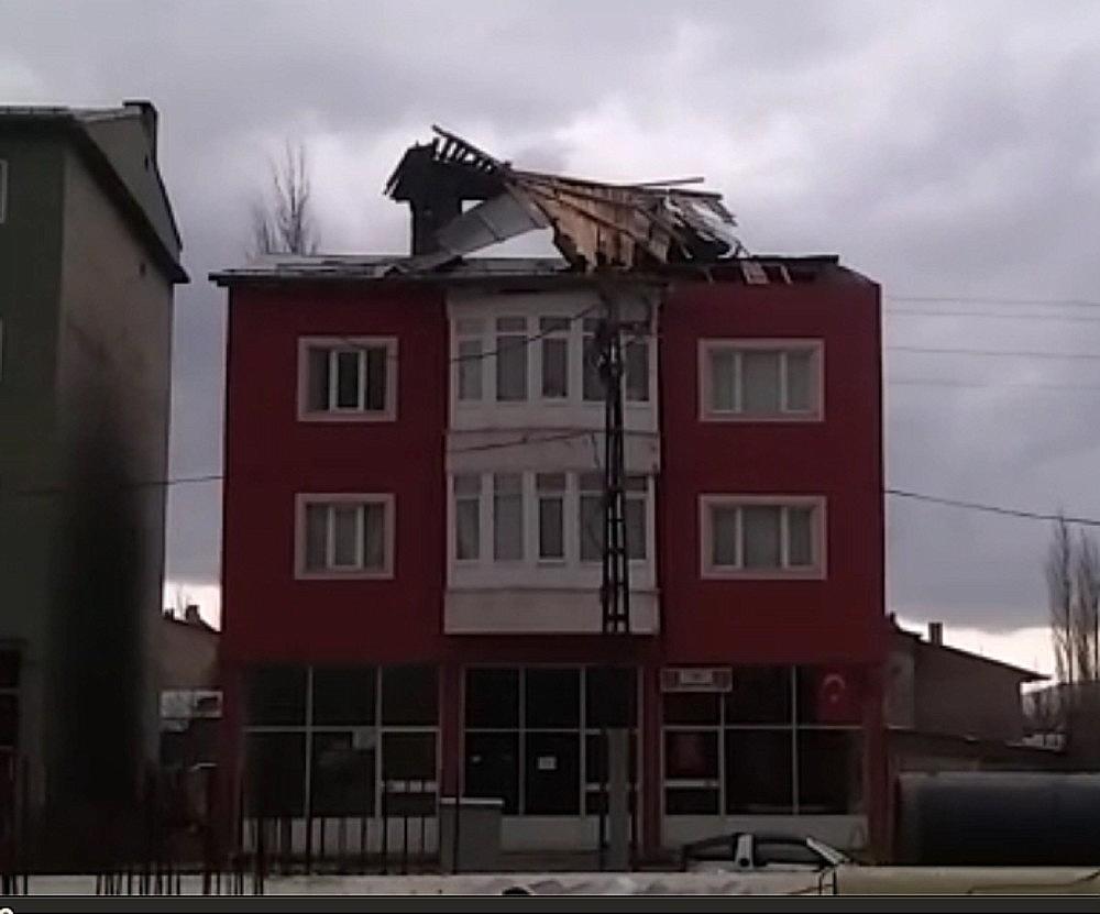 2019/04/siddetli-ruzgar-cati-ucurdu-20190414AW67-2.jpg