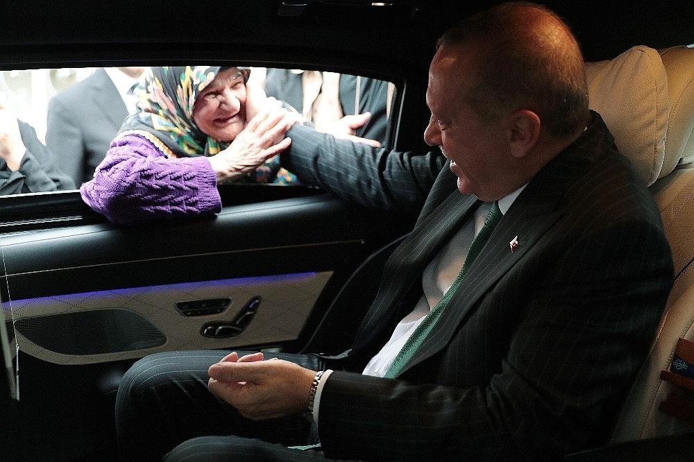 2019/05/cumhurbaskani-erdogan-ile-yasli-teyzenin-gulumseten-sohbeti-20190517AW70-2.jpg