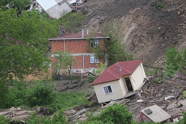 2019/05/heyelanli-mahalleden-gozyaslari-arasinda-tahliye-8c44c826bb39-8.jpg