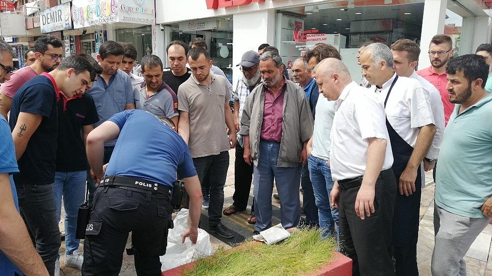 2019/05/maasini-alamayan-adam-bunalima-girdi-saga-sola-bicakla-dehset-sacti-20190522AW71-3.jpg