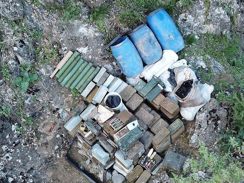 2019/05/pkkli-teroristlere-ait-bir-depoda-cok-sayida-muhimmat-ele-gecirildi-20190516AW70-1.jpg
