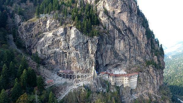 2019/05/sumela-manastirinda-360-tonluk-kaya-yerinde-sabitlendi-464b4e71251f-5.jpg