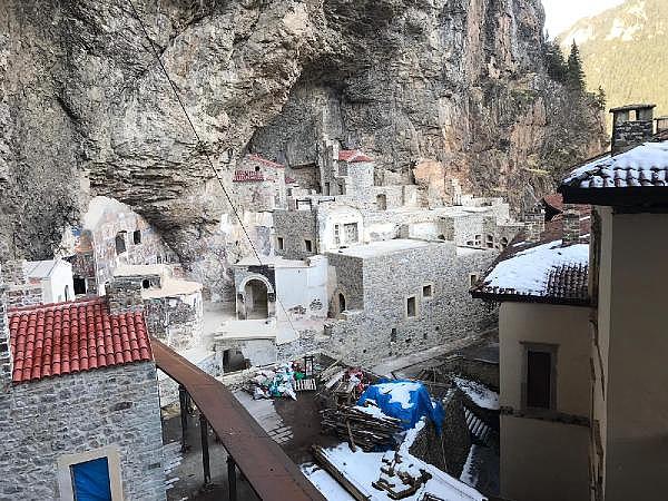 2019/05/sumela-manastirinda-360-tonluk-kaya-yerinde-sabitlendi-464b4e71251f-8.jpg