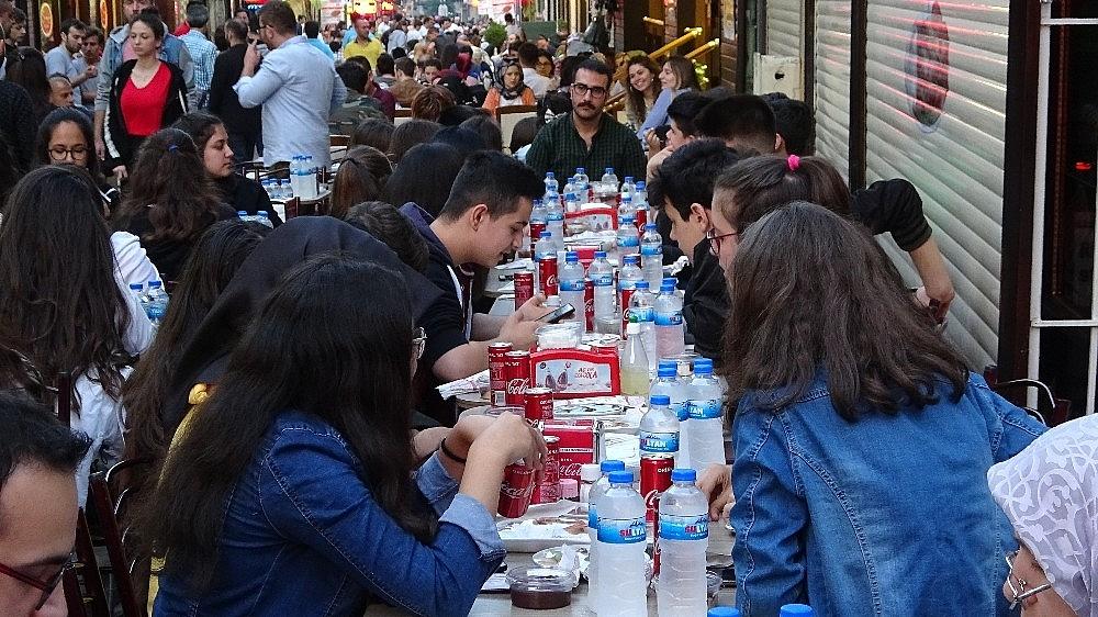 2019/05/tarihi-lezzetle-iftar-acmak-isteyen-binlerce-kisi-oraya-akin-ediyor---bursa-haberleri-20190516AW70-11.jpg
