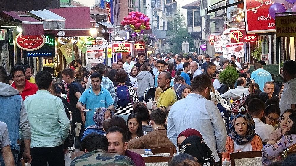 2019/05/tarihi-lezzetle-iftar-acmak-isteyen-binlerce-kisi-oraya-akin-ediyor---bursa-haberleri-20190516AW70-13.jpg