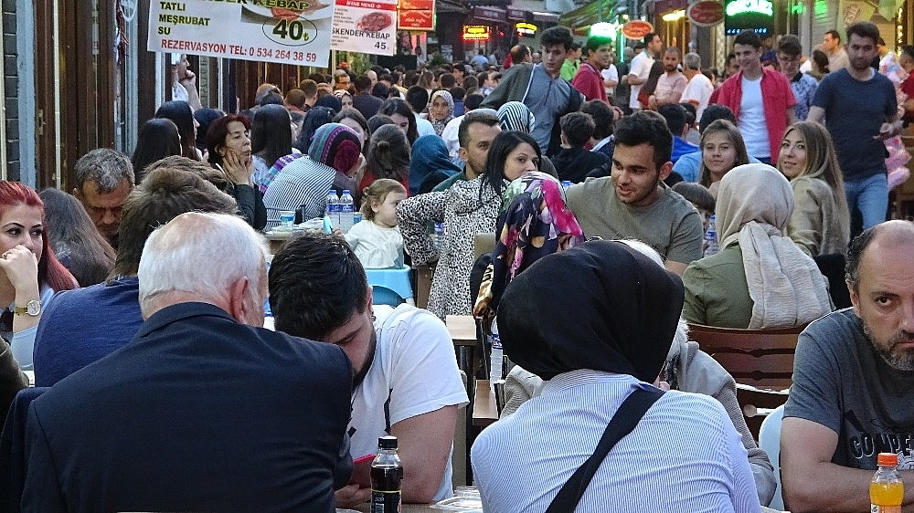 2019/05/tarihi-lezzetle-iftar-acmak-isteyen-binlerce-kisi-oraya-akin-ediyor---bursa-haberleri-20190516AW70-15.jpg