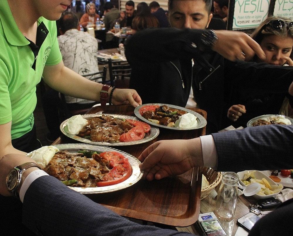 2019/05/tarihi-lezzetle-iftar-acmak-isteyen-binlerce-kisi-oraya-akin-ediyor---bursa-haberleri-20190516AW70-5.jpg