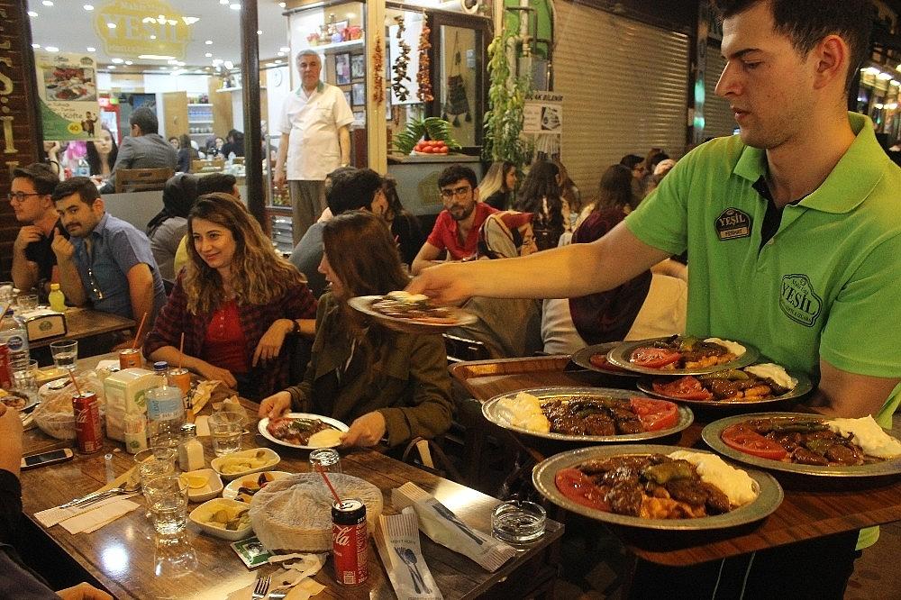 2019/05/tarihi-lezzetle-iftar-acmak-isteyen-binlerce-kisi-oraya-akin-ediyor---bursa-haberleri-20190516AW70-6.jpg