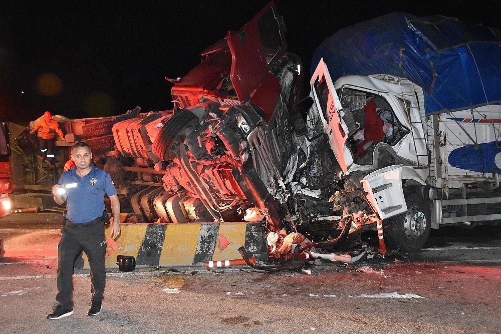 2019/06/1-tir-1-kamyon-ve-1-yolcu-feci-kazada-2-olu-17-yarali-20190612AW72-1.jpg