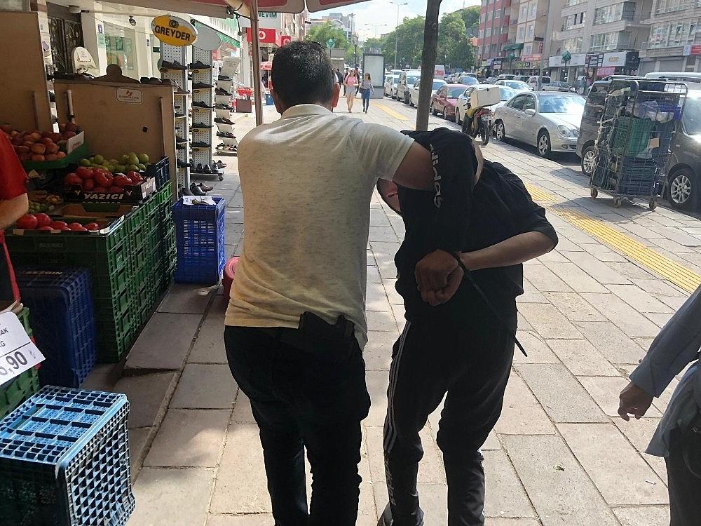 2019/06/cinsel-icerikli-kartlari-sokaklara-atarken-yakalandi-savunmasi-pes-dedirtti-20190613AW72-4.jpg