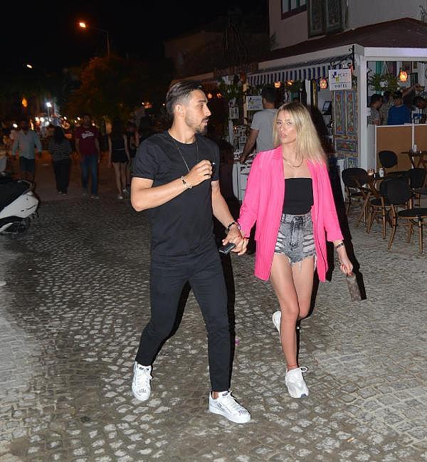 2019/06/milli-futbolcu-irfan-kahveci-kiz-arkadasi-ile-cesmede-ce287c28788a-1.jpg