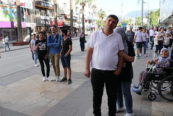 2019/07/arilar-kentin-en-islek-yerlerinden-birindeki-agaca-ogul-verdi-288391c12411-5.jpg