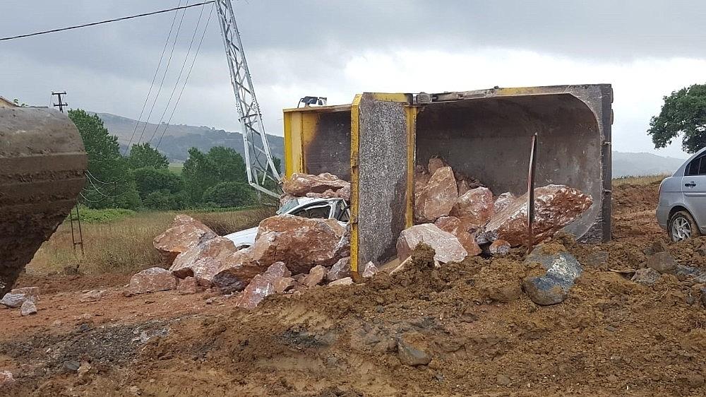 2019/07/devrilen-kamyondan-dokulen-kayalarin-altinda-kalan-surucu-oldu-20190711AW75-6.jpg