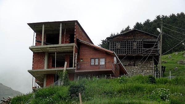 2019/07/rizeli-kardeslerin-karadeniz-inadi-baba-evini-motorlu-testere-bolduler-1f8f19920497-11.jpg
