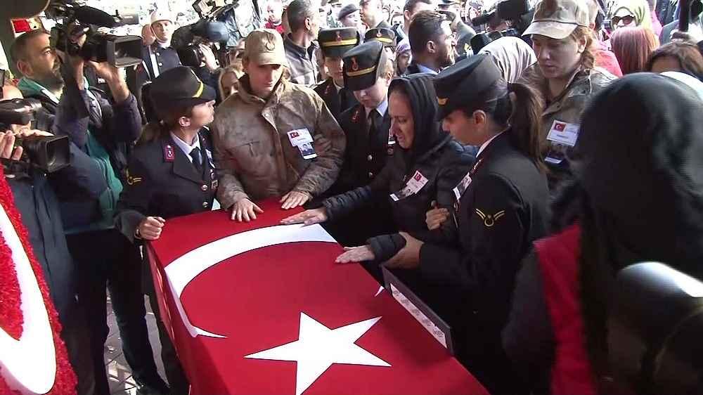 2019/12/bomba-imha-uzmani-sehit-esra-cevik-icin-cenaze-toreni-duzenleniyor-20191210AW87-2.jpg
