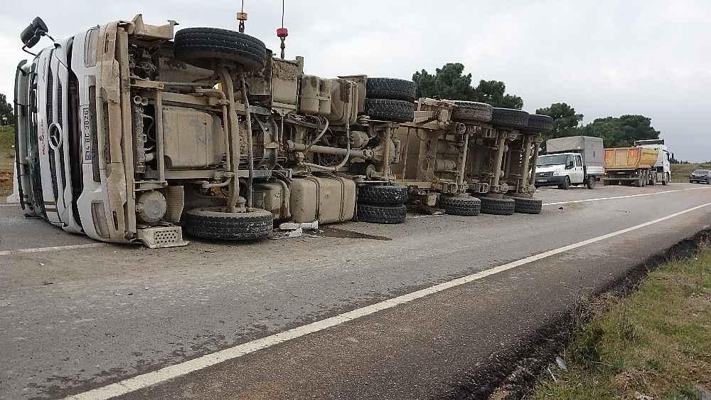 2019/12/kopege-carpmamak-icin-direksiyonu-kirinca-hafriyat-kamyonu-yola-devrildi-20191209AW87-3.jpg