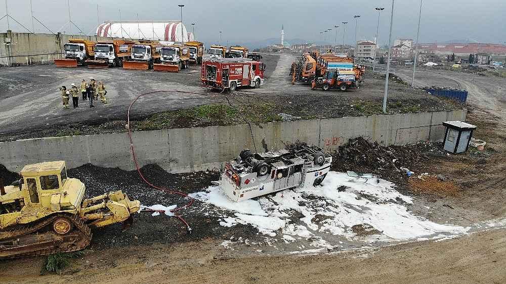 2020/01/mazot-tankeri-bes-metrelik-duvardan-asagiya-devrildi-faciadan-donuldu-20200128AW92-1.jpg