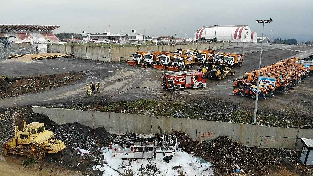 2020/01/mazot-tankeri-bes-metrelik-duvardan-asagiya-devrildi-faciadan-donuldu-20200128AW92-4.jpg