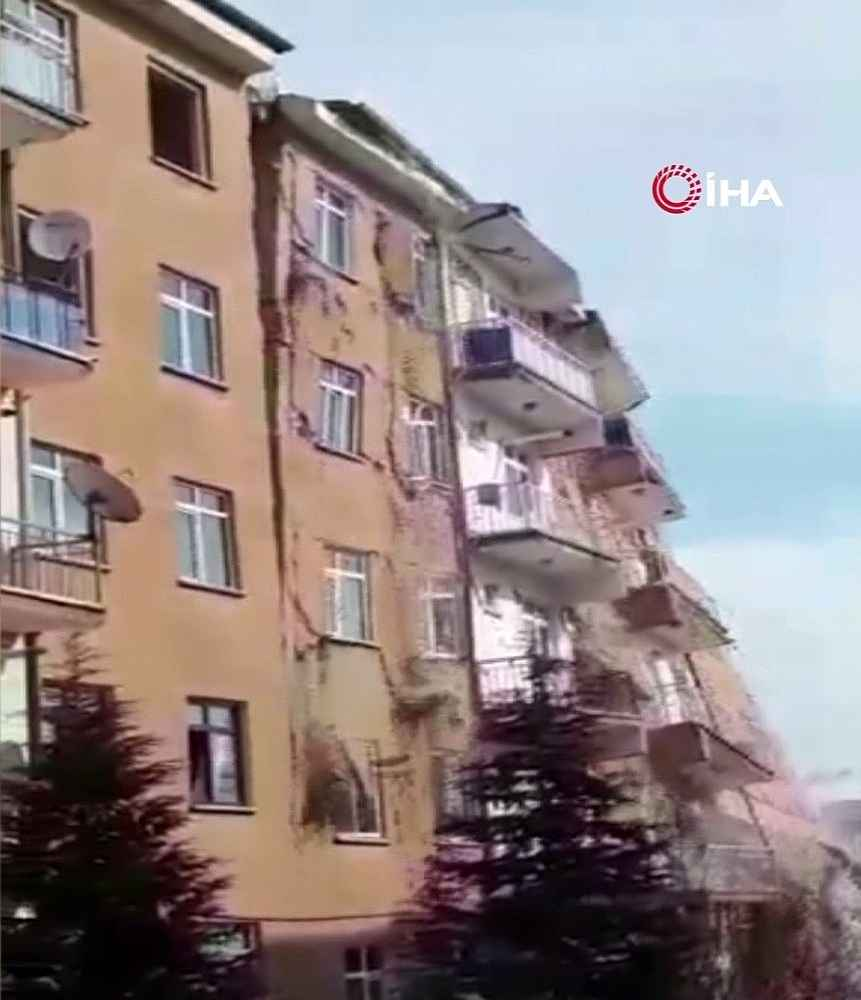 2020/02/bugunku-depremde-hasarli-bina-coktu-faciadan-donuldu-20200217AW93-1.jpg