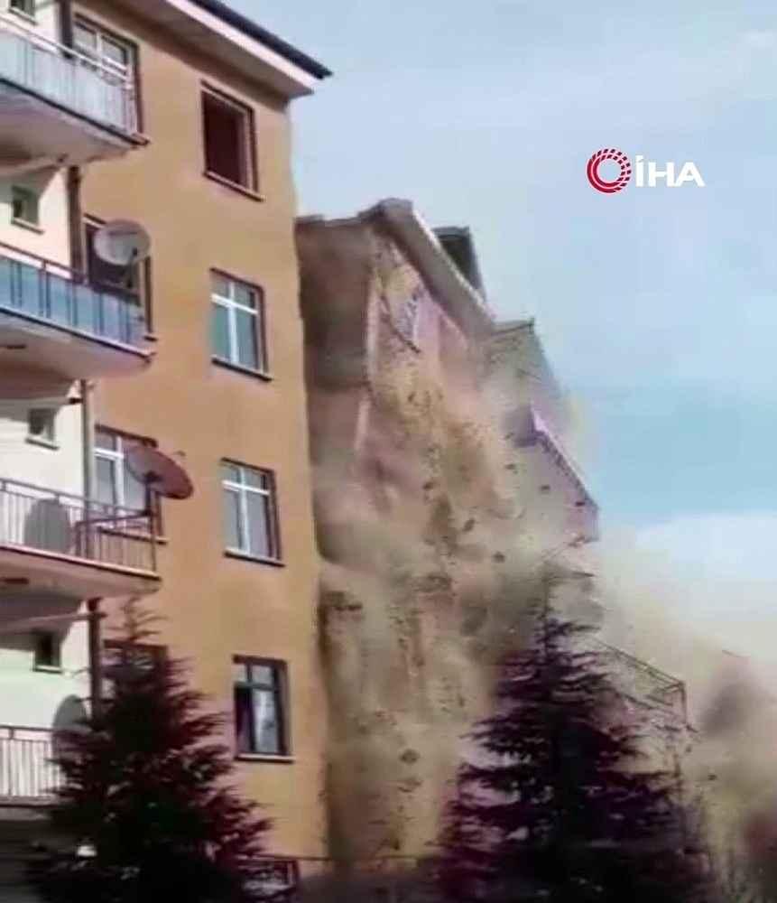 2020/02/bugunku-depremde-hasarli-bina-coktu-faciadan-donuldu-20200217AW93-2.jpg