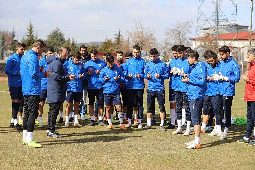 2020/02/futbolcular-antrenman-oncesi-mehmetcik-icin-dua-etti-20200228AW94-1.jpg