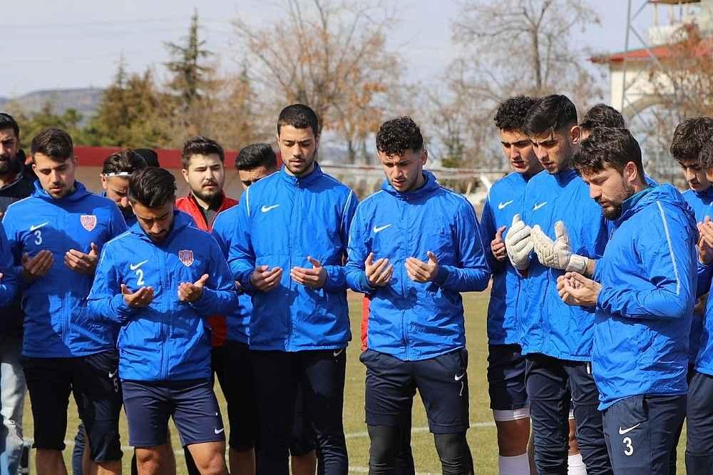 2020/02/futbolcular-antrenman-oncesi-mehmetcik-icin-dua-etti-20200228AW94-2.jpg