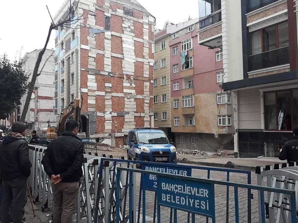 2020/02/istanbulda-coken-binada-tedbir-amacli-bekleyis-suruyor-20200215AW93-1.jpg
