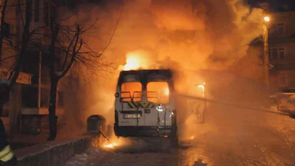 2020/02/park-halindeki-minibus-alev-alev-yandi---bursa-haberleri-20200212AW93-1.jpg