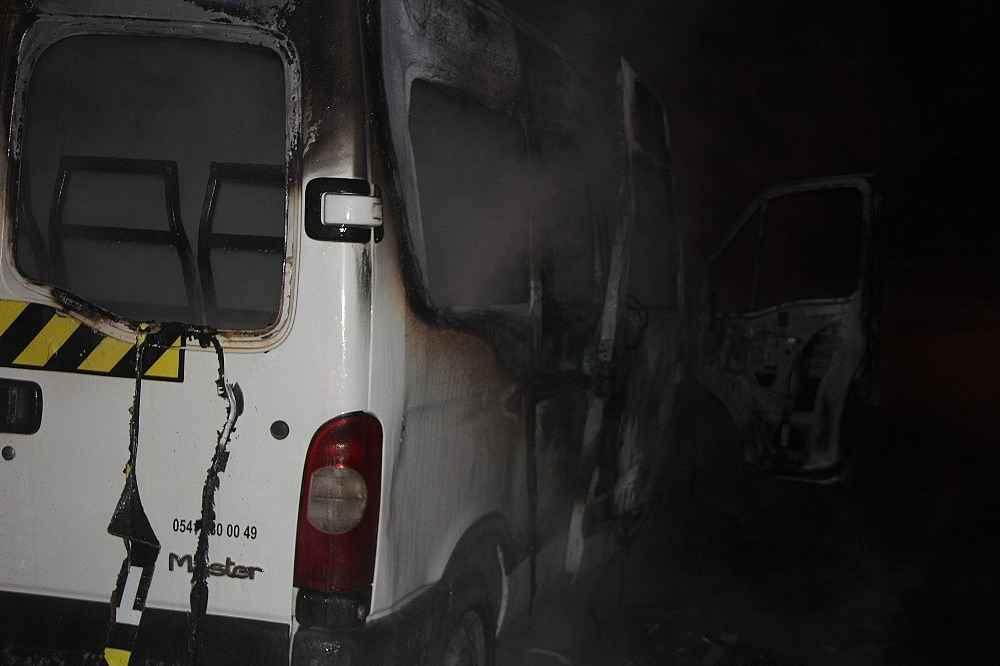 2020/02/park-halindeki-minibus-alev-alev-yandi---bursa-haberleri-20200212AW93-3.jpg