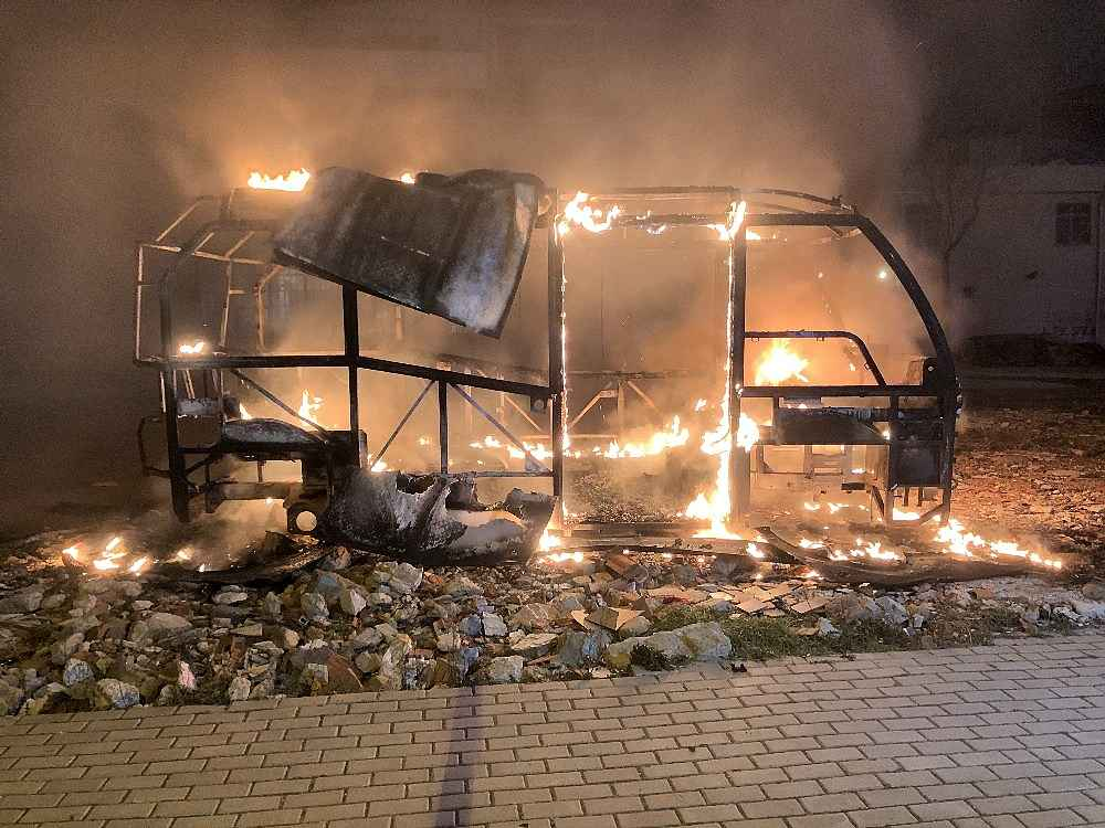2020/02/park-halindeki-minibus-alev-alev-yandi---bursa-haberleri-20200212AW93-8.jpg